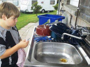Beim Campen spülen sogar Kinder gern